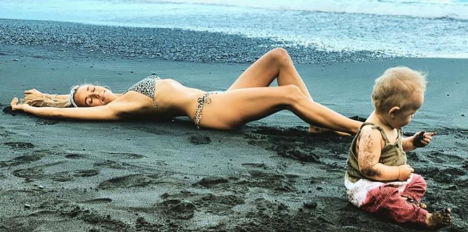 Annemarie Carpendale mit ihrem Sohnemann am Strand von Hawaii