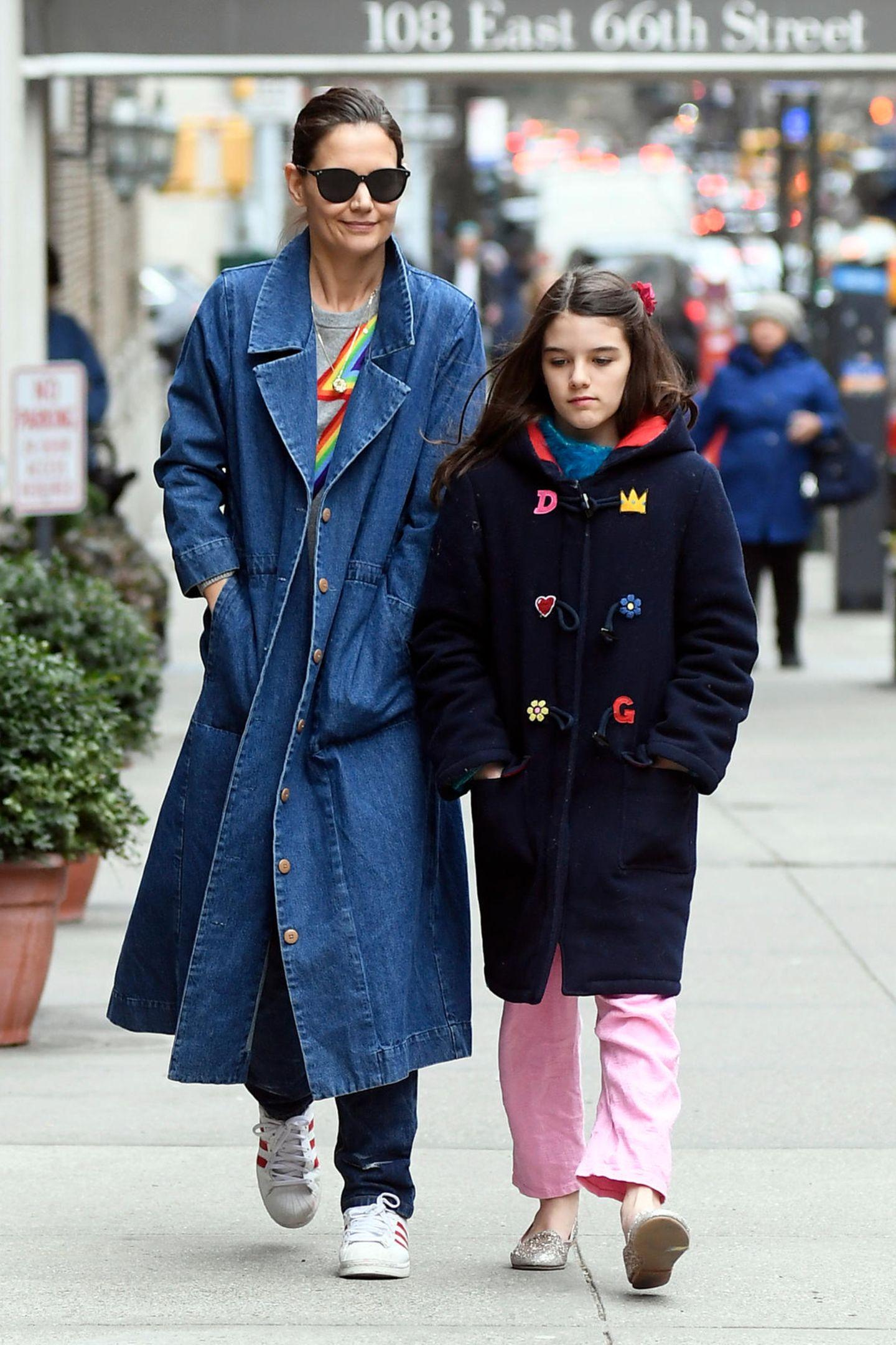 Was für ein entspanntes Mutter-Tochter-Duo: Katie Holmes und Suri Cruise schlendern in blauen Mänteln durch ihre Wahlheimat New York. Während Suri einen dunkelblauen Dufflecoat mit bunten Aufnähern trägt, hat sich Mama Katie für einen Trenchcoat aus Denim entschieden.