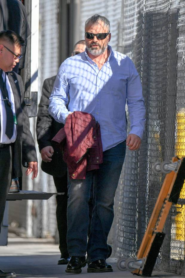 """Auf dem Weg zur Show """"Jimmy Kimmel Live!"""" erwischen Paparazzi diesen etwas in die Jahre gekommenen Schauspieler. In lässiger Jeans und einem schicken Hemd geht der 51-Jährige in die TV-Studios. Doch welches ehemalige Sexsymbol zeigt sich hier mit neuem Wohlfühlgewicht und grauem Bart?"""