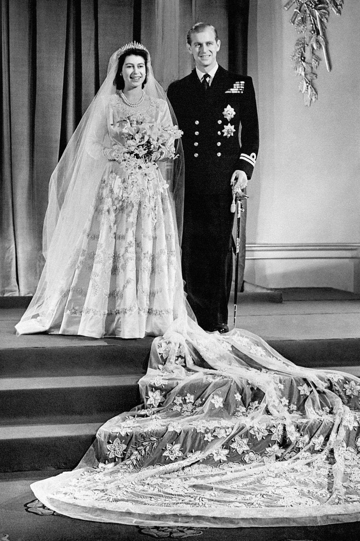 Prinzessin Elizabeth, die spätere Queen Elizabeth, und Prinz Philip am Tag ihrer Hochzeit, dem 20. November 1947, im Buckingham Palace