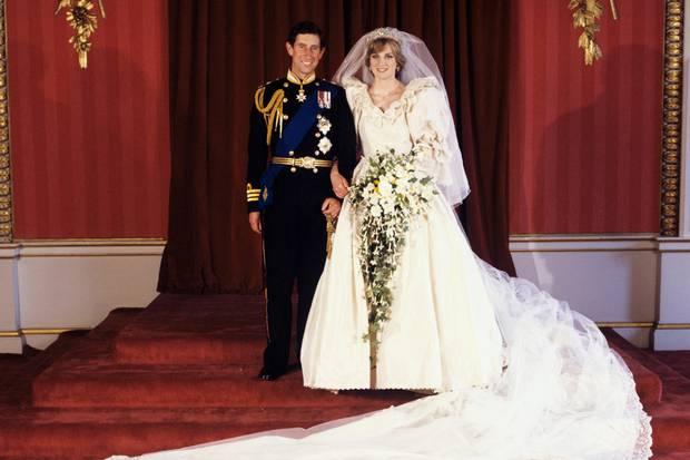 Prinz Charles und Prinzessin Diana strahlen am 29. Juli 1981 für die offiziellen Hochzeitsfotos in die Kameras.