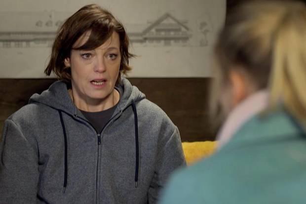 """""""Sturm der Liebe"""": Xenia Saalfeld (Elke Winkens) offenbart ihrer Tochter Annabelle Sullivan (Jenny Löffler), dass ihr leiblicher Vater nicht Christoph Saalfeld (Dieter Bach) ist"""