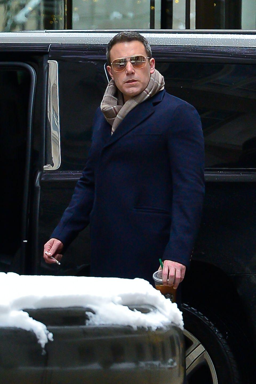 In New York scheint es Hollywoodstar Ben Affleck so gar nicht zu passen, dass er von dem Fotografen beim Rauchen gestört wird.