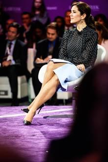 Beim Besuch einer Konferenz inHouston nimmt Prinzessin Mary auf der Bühne in einem Sessel Platz. Dem royalen Protokoll entsprechend verschränkt sie ihre Beine elegant, der Beinschlitz gewährt in dieser Position dennoch einen Blick auf ihren Oberschenkel. Für royale Verhältnisse fast schon ein kleiner Skandal.