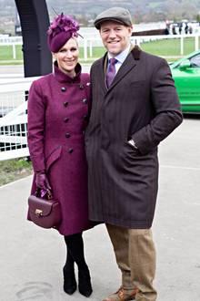 """Zara Tindall setzt auf einen kräftigen Beerenton, ihr durchtrainierter Ehemann Mike Tindall zelebriert den """"Brit Chic"""" in hellem Braun und Aubergine. Ob man bei soviel modischer Eintracht auf ein süßes Geheimnis hoffen darf, ist jedoch fraglich."""