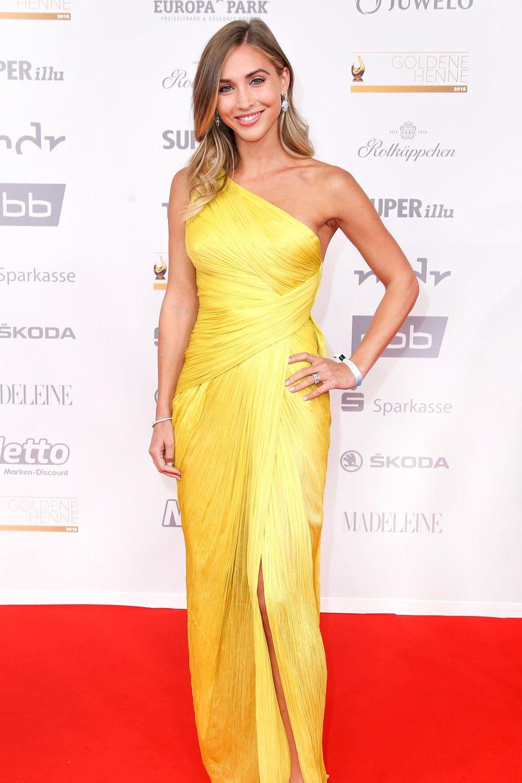 Ann-Kathrin Götze in der Trendfarbe Aspen Gold.