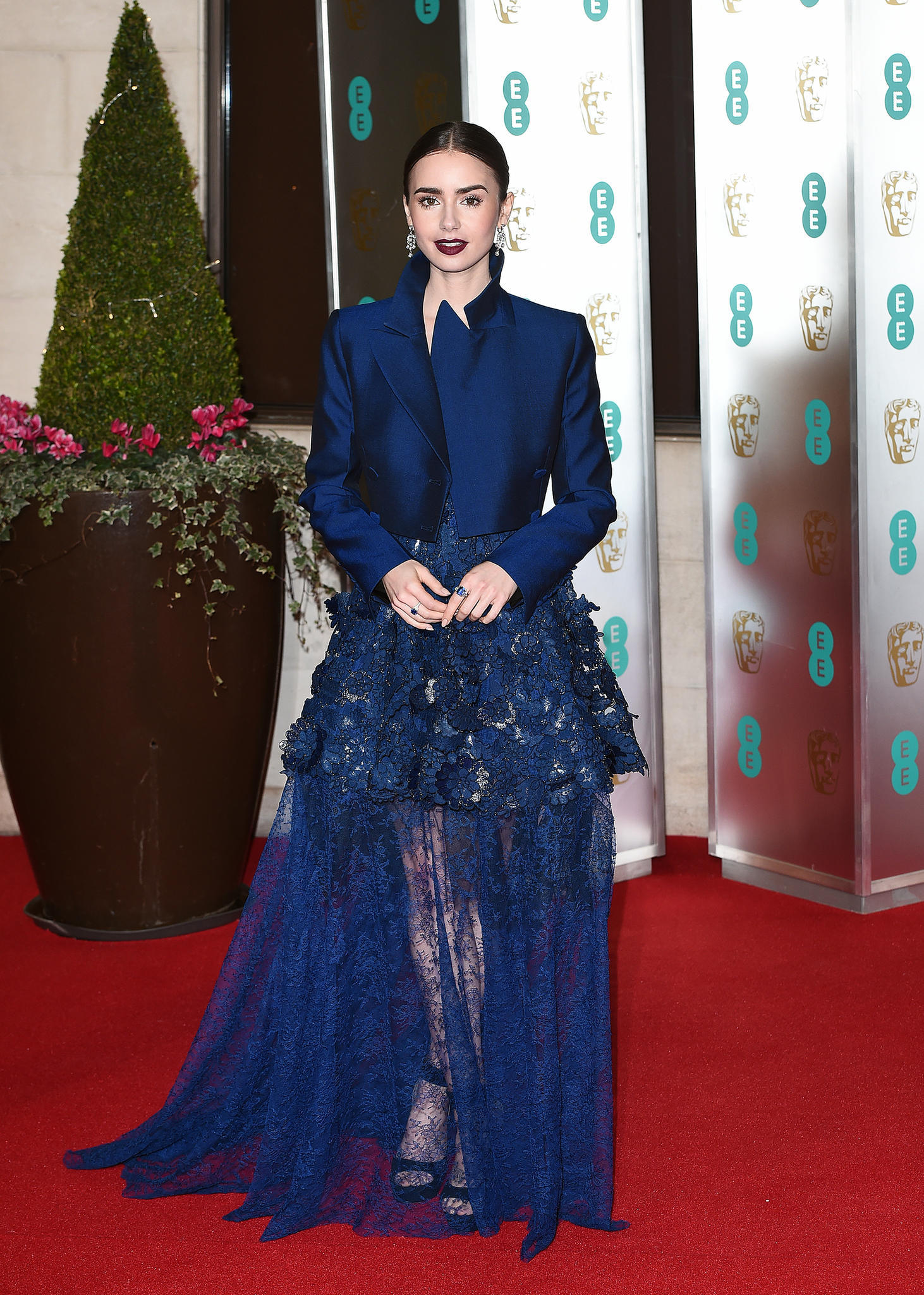 Lily Collins in der Trendfarbe Princess Blue.