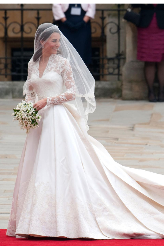 Braut Herzogin Catherine beim Einzug in die Westminster Abbey. Ihre Schwester Pippa Middleton hilft beim Tragen.