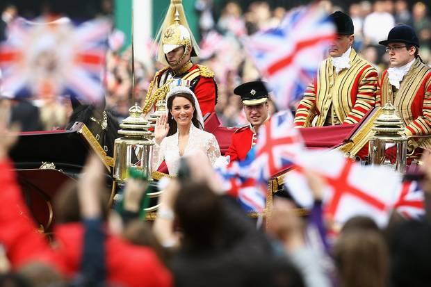Herzogin Catherine und Prinz William werden während einer Kutschfahrt nach ihrer Hochzeit von Fans bejubelt.