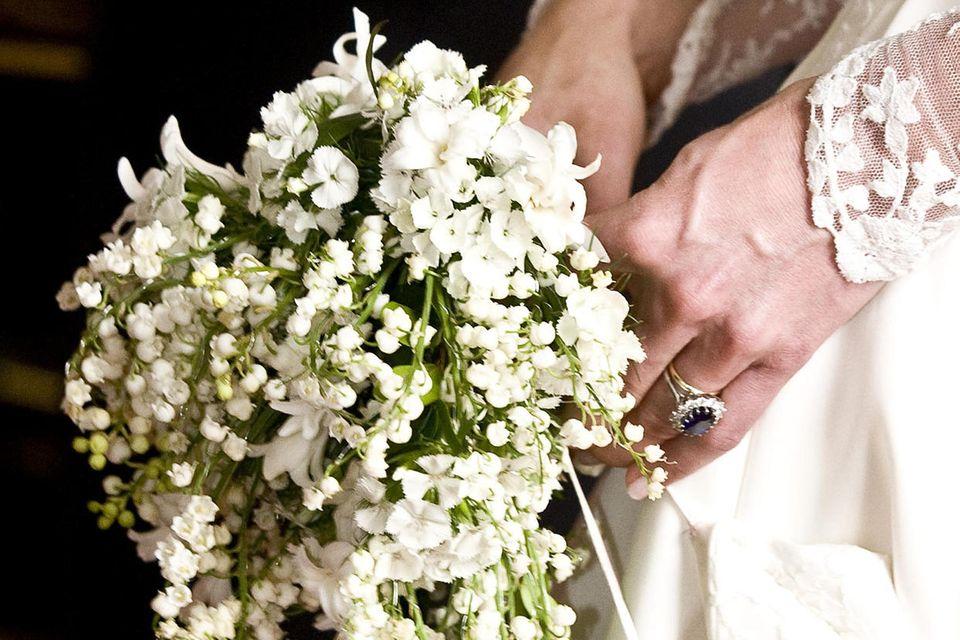 Herzogin Catherines Brautstrauß wurde vonShane Connolly entworfen und wareine Kombination aus den Lieblingsblumen der Familie Middleton und Moundbatten-Windsor.Jede Blume hat eine Bedeutung: Lilien stehen für die Rückkehr des Glücks,Hyazinthen für ständige Liebe,Efeu für Treue sowie Freundschaftund Myrte für dieEhe.