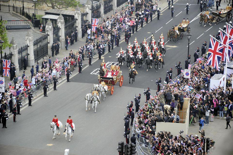 Soldaten standen am 29. April 2011 Spalier für Prinz William und Herzogin Catherine .