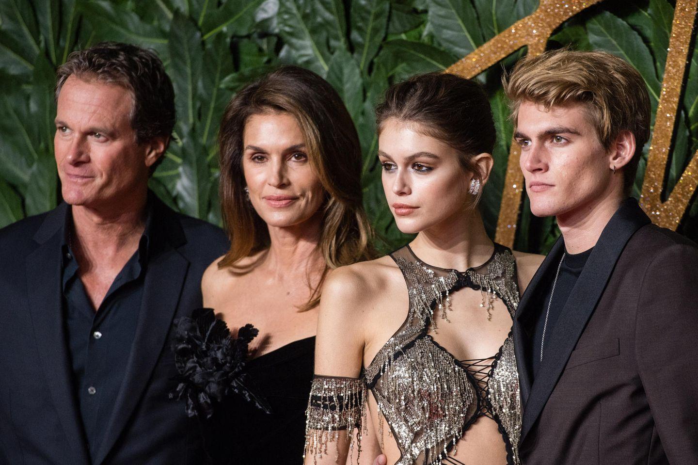 Diese Familie hat die Haarfrisuren schön: Rande Gerber, Cindy Crawford, Kaia Gerber und Presley Gerber bei den Fashion Awards 2018 in London, England.