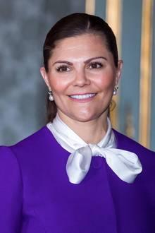 Royale Eleganz: Prinzessin Victoria beweist mit ihrem lilafarbenen Outfit, dass sich seriöser Business-Look und verspielte Details perfekt miteinander kombinieren lassen!