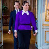 Zu einer schwarzen Stoffhose kombiniert sie schwarze Lack-Pumps sowie einen passenden Taillengürtel, der ihre schmale Körpermitte so perfekt in Szene setzt. Ihren Business-Look untermalt Prinzessin Victoria mit einer schwarzen Clutch, die sie während der Audienz in Stockholm in der Hand hält.