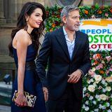 Als Hingucker wählt Amal eine Clutch mit Animalprint, als die das Event gemeinsam mit ihrem Mann, George Clooney besucht.