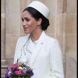 Bei ihrem Auftritt zum Gottesdienstanlässlich des Commonwealth Day in der Westminster Abbey in London machte Meghan mit einem ganz eleganten Look in Cremeweiß auf sich aufmerksam. Mit ihrem Schmuck blieb siezurückhaltend.