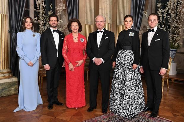 Zum abendlichen Dinner im Schloss in Stockholm erscheint Prinzessin Sofia zusammen mit dem Rest der schwedischen Royal Family in einem bodenlangen, hellblauen Kleid mit langen Ärmeln.