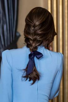 Erst von hinten ist jedoch das wahre Highlight zu sehen: Prinzessin Sofia trägt die Haare in einer schicken Flechtfrisur mit Schleife. Die blonden Highlights der schönen Schwedin kommen im Zopf besonders gut zur Geltung.