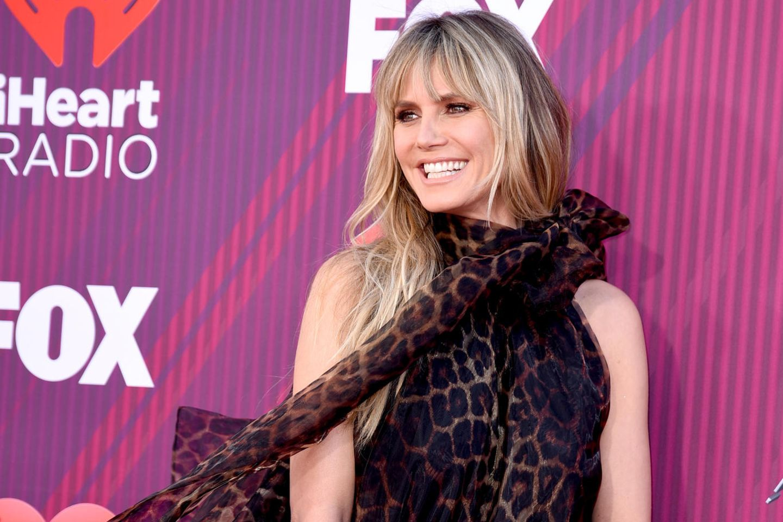 Das Oversized-Dress lässt wenig von Heidis Traumkörper erkennen – lediglich die nackten Arme und schlankenBeine des Models setzt das Kleid in Szene. Letztere steckt die 45-Jährige in sexy Overknees.