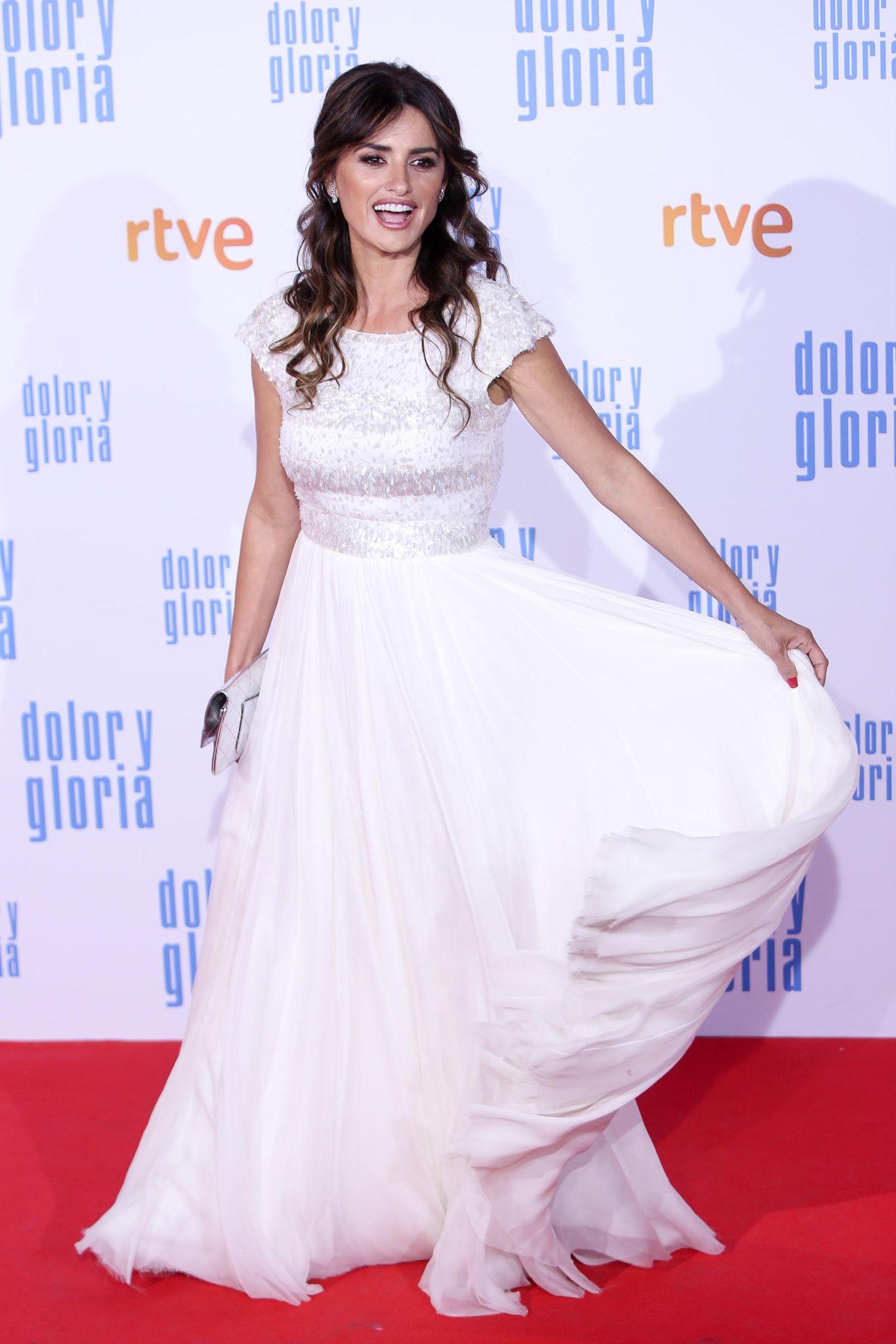 """Penelope Cruz freut sich auf dem roten Teppich der Premiere von """"Dolor y Gloria"""" über ihr weißes Ballkleid, das sie wundervoll schwingen kann."""