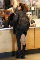 Nur als sich die Schauspielerin einen Kaffee am Airport bestellen möchte, stört sie ihr Kissen plötzlich. Aber Eva weiß sich helfen: Sie klemmt es einfach zwischen ihre Beine. Ein Trick, denviele von uns kennen dürften. Hach, wie herrlich normal!