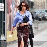 Wow, was für ein cooler Look! Zu einem einfach Hemd trägt Katie Holmes einen engen Latex-Mini. Der Mix aus sexy und Business ist perfekt.
