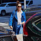 Im Frühjahr 2019 ist der lange Jeansmantel definitiv Katie Holmes' Favorit. Sie trägt ihn immer und überall und kombiniert ihn jedes Mal neu. Hier wählt sie dazu einen casual Look bestehend aus Bluse, Jeanshose und flachen Ballerinas.