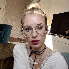 """""""Endlich mal ne Brille gefunden mit der ich mich anfreunden kann"""", schreibt Cathy Hummels zu diesem Bild auf Instagram. Wir finden die große Pilotenbrille auch ziemlich cool, allerdings müssen wir über die optische Täuschung schmunzeln, die durch die Korrekturgläser hervorgerufen wird. Fast sieht es so aus, als hätte Cathy mit Photoshop ihr Gesicht schmaler zaubern wollen."""