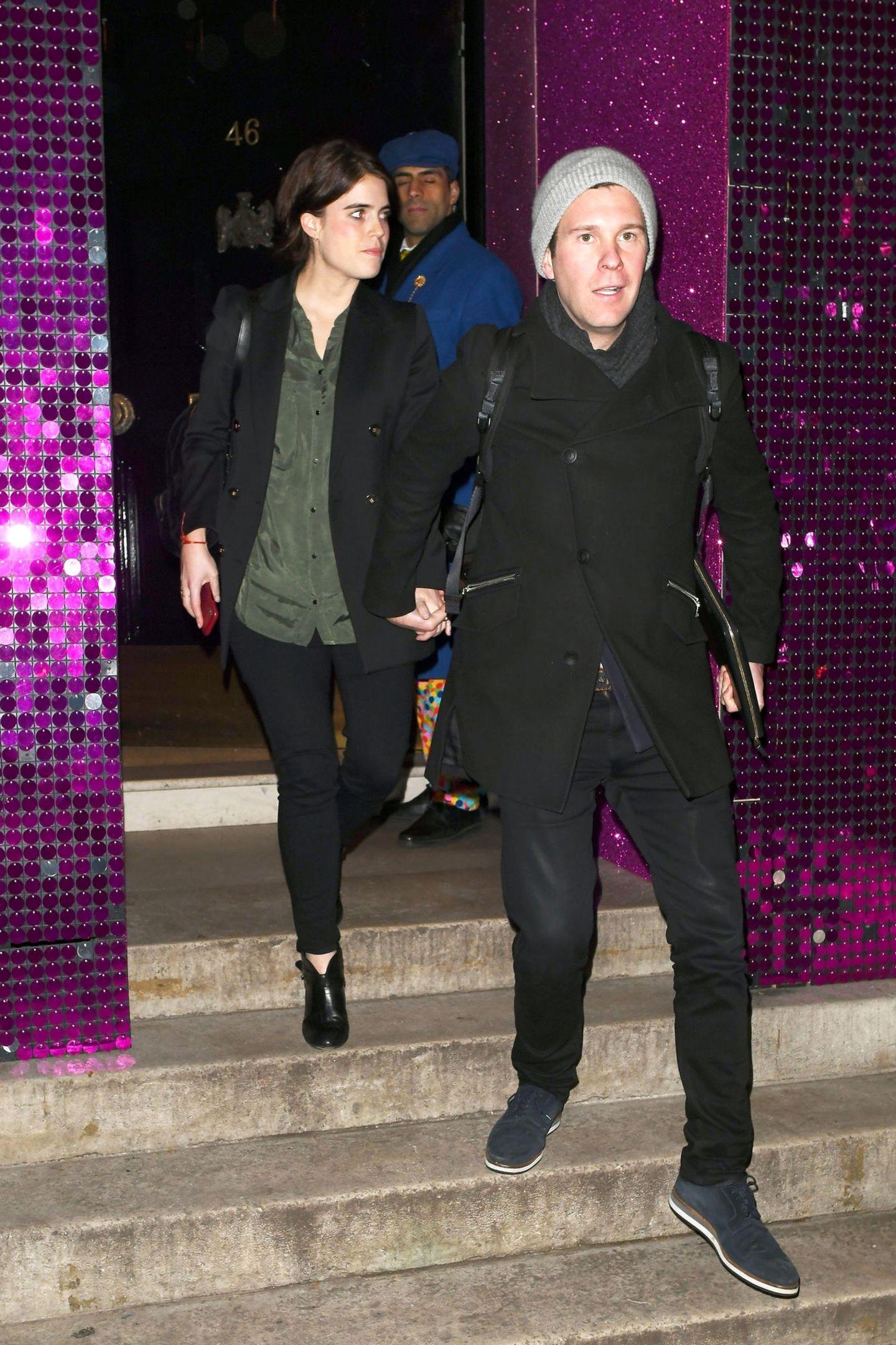 Prinzessin Eugenie und Ehemann Jack Brooksbank beim Verlassen des Londoner Clubs Annabel's. Wir mussten zugegebenermaßen zweimal hinschauen, denn das Paar ist für royale Verhältnisse wirklich sehr casual unterwegs. Ein Look, den man von den meisten Mitgliedern des britischen Königshauses nicht gewohnt ist. Umso erfrischender ist zu sehen, wie bodenständig eine Prinzessin sein kann.