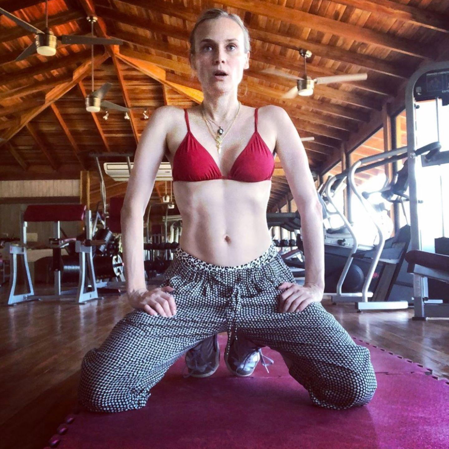 """Mit diesem Instagram-Post zeigt sich Diane Kruger von einer ganz neuen Seite. Ganz offen spricht sie über ihren After-Baby-Body: """"Es war harte Arbeitmeine Bauchmuskeln wieder zu bekommen. Ich dachte nicht, dass das möglich ist, nachdem ich ein Kind bekommen habe. Und schon gar nicht in meinem Alter."""" Weiter erklärt die 42-Jährige im Text unter diesem Foto, dass sie ohne Trainer arbeitet und dabei stets von ihrem Ziel motiviert sei, ihre alte Form zurück zu erlangen.Das scheint dem Hollywoodstar offensichtlich gelungen zu sein. Kruger fasst es am Ende passend zusammen: """"Der weibliche Körper ist erstaunlich."""""""
