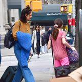 Reisen sind ein fester Bestandteil im Leben von Hollywoodstar Katie Holmes und Tochter Suri. Modisch darf es unterwegs natürlich etwas entspannter zugehen - lässige Jeans und kuscheliger Pullover sind da genau das richtige.