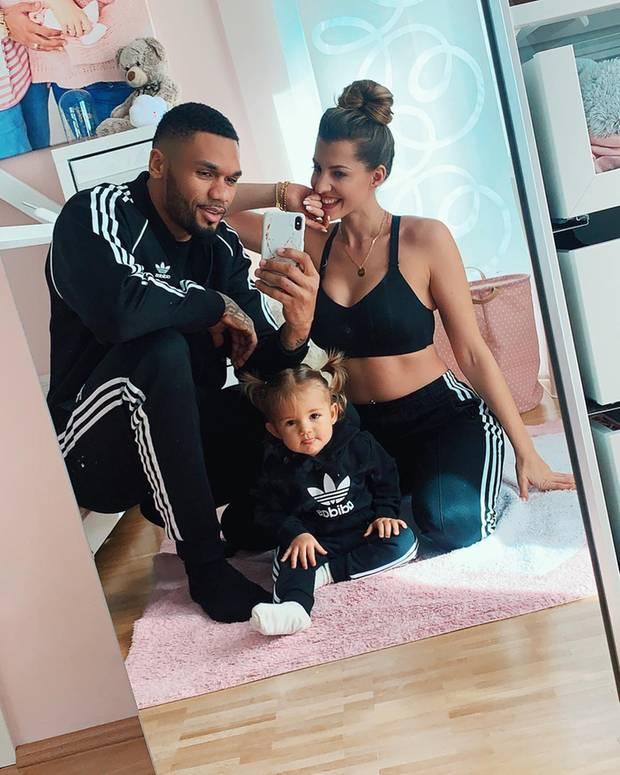 17. März 2019  Den Sonntag verbringt Familie Harrison am liebsten in gemütlichen Partneroutfits.