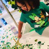 Die kleine Dream Kardashian schmeißt mit Hilfe von TanteKhloé Kardashian eine Überraschungsparty für ihren Vater Rob. Der feiert heute am St. Patrick's Day Geburtstag. Daher fällt die Dekoration natürlich grün-weiß aus.