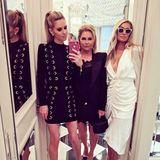 """""""Girls Night Out"""", schreibt Nicky Rothschild (links) zu diesem Spiegel-Selfie mit Mutter Kathy Hilton und Schwester Paris. Nicky trägt ein Kleid von Balmain, Paris eine Kreation von Designer Ronny Kobo. Das stylische Mutter-Tochter-Trio weiß ohne Frage wie man im Restaurant alle Blicke auf sich zieht."""