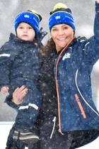 16. März 2019  Prinzessin Victoria und Prinz Daniel besuchen mit ihren Kindern die Biathlon-WM in Östersund. Während ein müder Prinz Oscar es sich auf den Armen von Mama Victoria gemütlich macht ...