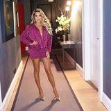 """""""The bigger the hair.....The closer to heaven"""", witzelt Moderatorin Sylvie Meis unter diesem Schnappschuss auf Instagram. In einem gewohnt freizügigen Minikleid macht sie sich auf den Weg zur Geburtstagspartyvon Model-Freundin Petra van Bremen. Für ihren makellosen Hair- und Make-up-Look hat dieses Mal allerdings nicht Freundin und VIP-Make-up-Artistin Serena Goldenbaum gesorgt, sondern Star-StylistGeorgios Gogo Tsialis. Den berühmten """"Sylvie Glow"""" hat er auch ganz gut hinbekommen, finden Sie nicht? Serena Goldenbaum war übrigens verhindert, weil sie Schlager-Star Andrea Berg für einen Auftritt in Leipzig zurecht gemacht hat."""