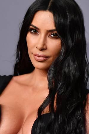 Ohne Make-up würde sich Kim Kardashian wohl nie auf einem roten Teppich zeigen. Bei einer Gala in Los Angeles sieht ihre Haut perfekt aus.