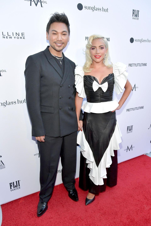 Lady Gaga ist bei den Daily Front Row Fashion Awards in Los Angeles zur Stelle, um ihren Haarstylisten Frederic Aspiras zu ehren. Dazu trägt sie ein schwarzes Kleid mit weißen Rüschen, das eindeutig ein modischer Fehlgriff ist.