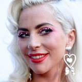 Rote Lippen, Strasssteine auf den Lidern und Herzchen-Ohrringe. Auch in Sachen Make-up und Accessoires sind wir von der Sängerin mehr Eleganz gewohnt.