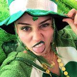 Im Leprechaun-Kostüm grüßenMiley Cyrusund ihre Zunge ihre Twitter-Follower zum St. Patrick's Day.