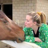 Ireland Baldwin entdeckt das Landleben für sich und schickt ihren Instagram-Fans ein Video mit Pferde-Knutscher im thematisch zum St. Patrick's Day passenden, knallgrünen Kleeblatt-Onesie.