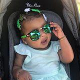 Ganz lässig mit Kleeblatt-Haarspangen und cooler Sonnenbrille feiert die kleine True mit ihrer Mutter Khloe Kardashian den St.Patrick's Day.