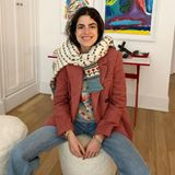 """Leandra Cohen, die mit ihrem Blog """"Man Repeller"""" weltweit Millionen Fans begeistert, kombiniert den Mango-Blazer zu einer Schlagjeans und gleich zwei gemusterten Wollpullovern. Wer kann, der kann."""