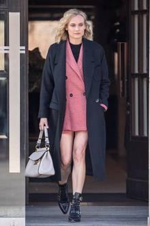 Cool und stylisch wie eh und je zeigt sich Diane Kruger bei einem Berlinbesuch im Februar. Das rote Blazer-Rock-Ensemble mit Hahnentrittmuster stammt vom spanischen Label Mango und ist mit einem Gesamtpreis von knapp 135 Euro ein echtes Schnäppchen.