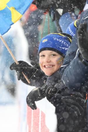 17. März 2019  Niedliche Unterstützung für die schwedischen Biathleten: Mit viel Enthusiasmus feuert Prinzessin Estelle die Sportler an.