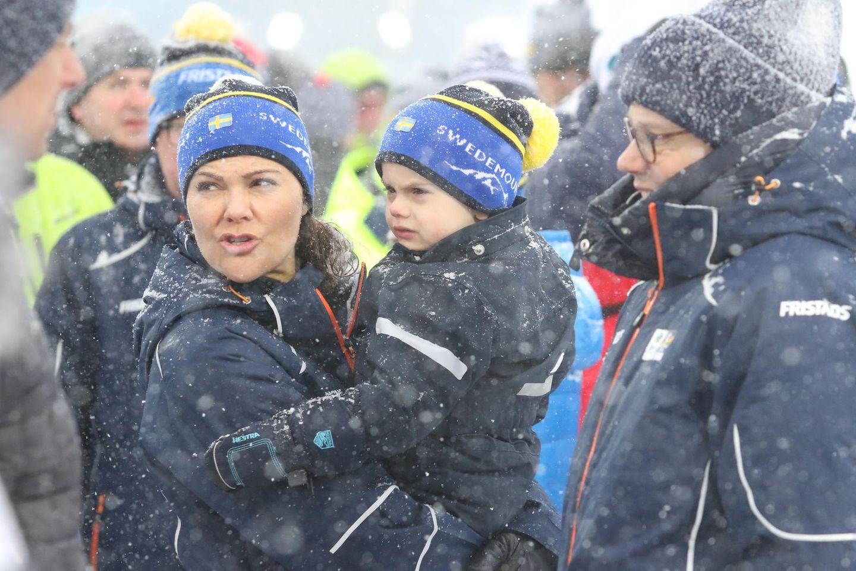 17. März 2019   Bei dem Wetter darf Prinz Oscar ruhig mal mürrischschauen: Mit Mama Victoria trotzt er während der Biathlon-WM imschwedischen Östersund dem Schneegestöber.