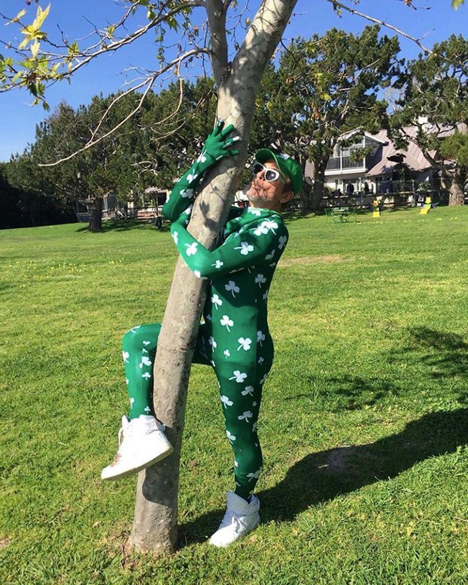 Für Faxen ist Robert Downey Jr. ja immer zu haben. Am St. Patrick Day wird zur Feier des Tages auch mal ein Baum umarmt.