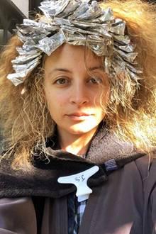 """Wie heißt es doch gleich? Wer schön sein will, muss leiden: It-Girl Nicole Richie postet auf Instagram dieses witzige Selfie, welches sie beim Friseur zeigt. Offenbar lässt sie sich sehr viele Foliensträhnen färben. Dazu schreibt sie: """"Von Natur aus schön zu sein, erfordert so viel Arbeit."""""""