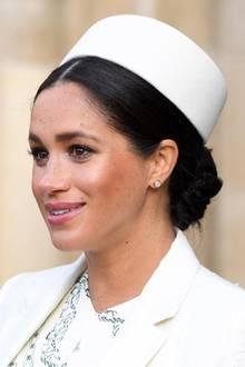 Herzogin Meghan betont ihre Augen mit einem schwarzen Kajal und starker Wimperntusche. Ihre Wangen schmückt ein pfirsichfarbenes Blush, auf ihren Lippen trägt die werdende Mutter eine dezenten, rosafarbenen Lipbalm.