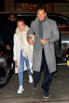 Es ist das erste gemeinsame Foto nach den bösen Affärengerüchten - doch Jennifer Lopez und ihr Verlobter, Alex Rodriguez, zeigen sich nicht nur kuschelig eingepackt in Mantel und Fellschal, sondern auch aneinander gekuschelt auf dem Weg in ein New Yorker Restaurant. Das strahlende Lächeln in ihren Gesichtern dürfte auch die letzten Zweifler verstummen lassen...